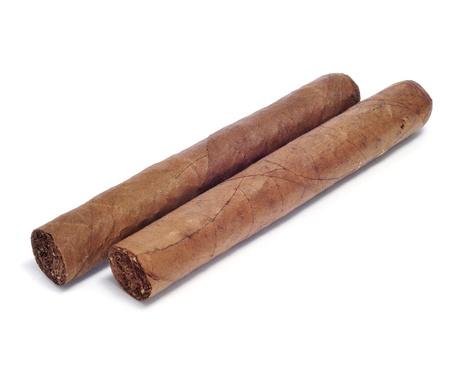 primo piano di alcuni sigari su uno sfondo bianco