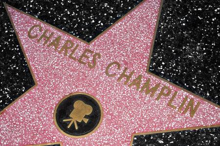 estrellas cinco puntas: Los Angeles, EE.UU. - 16 de octubre de 2011: Charles Champlin estrella en Paseo de la Fama de Hollywood en Los �ngeles. Esos m�s de 2.400 estrellas de cinco puntas atrae a cerca de 10 millones de visitantes al a�o Editorial