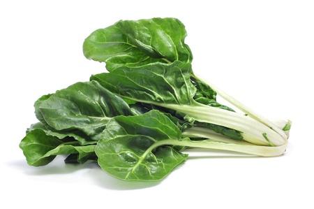 espinacas: Las hojas de acelga sobre un fondo blanco
