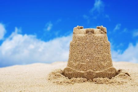 castillos: un castillo de arena en la arena de una playa