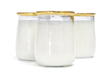 yaourts: certains yogourts dans un bocal de verre sur un fond blanc Banque d'images