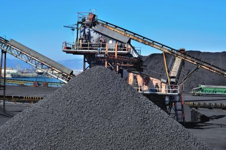 carbone: primo piano delle strutture di un dell'industria carboniera