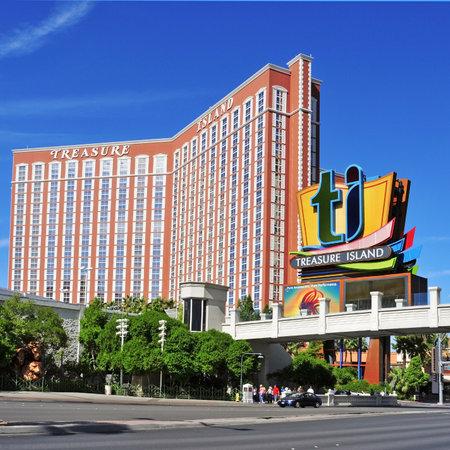 isla del tesoro: Las Vegas, EE.UU. - 12 de octubre de 2011: Treasure Island Hotel and Casino en Las Vegas, EE.UU.. Esta temática del Caribe complejo cuenta con un hotel con 2.884 habitaciones