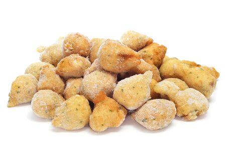 un tas de beignets de morue congelés prêts à frire ou cuire au four Banque d'images