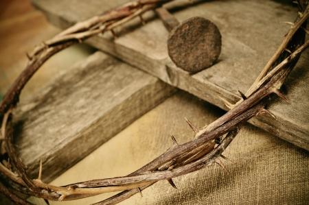 crown of thorns: una representaci�n de la corona de espinas y la cruz de Jesucristo Foto de archivo