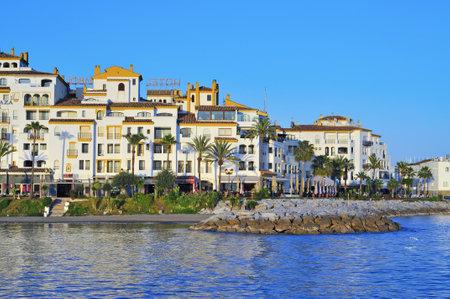 literas: Marbella, España, 13 de marzo de 2012: Puerto Banús en Marbella, España. Puerto Banús es visitado anualmente por casi 5 millones de personas y sus literas marina tiene para 915 barcos