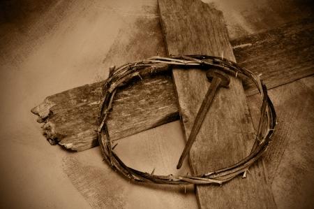 cruz de jesus: Primer plano de una representación de la corona de espinas de Jesucristo, cruce con uñas y