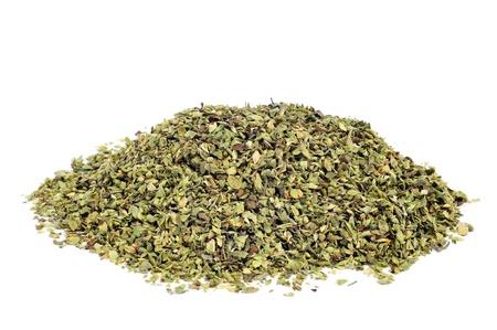 legumbres secas: un montón de orégano seco sobre un fondo blanco Foto de archivo