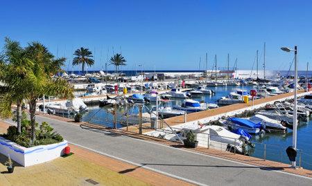 literas: Marbella, España - 13 de marzo de 2012: Una vista del Puerto Deportivo de Marbella en Marbella, España. Este puerto deportivo cuenta con 377 amarres para embarcaciones