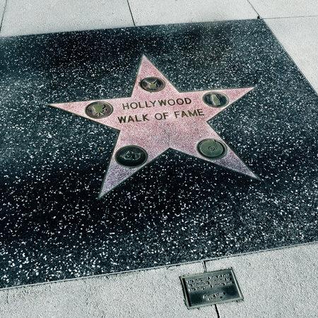 Los Angeles - 16 de octubre de 2011: La estrella de Hollywood Walk of Fame de Los Angeles. Esos más de 2.400 estrellas de cinco puntas atrae a cerca de 10 millones de visitantes al año Editorial