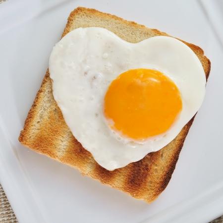 huevos fritos: pan tostado con un huevo frito en forma de coraz�n