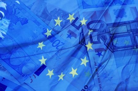 zone euro: fond bleu avec des factures en euros et le drapeau symbolisant l'Union europ�enne la zone euro