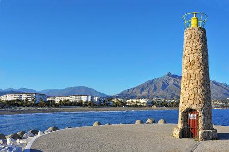 literas: Marbella, España - 13 de marzo de 2012: Beacon en Puerto Banús en Marbella, España. Puerto Banús es visitado anualmente por casi 5 millones de personas y sus literas marina tiene para 915 barcos