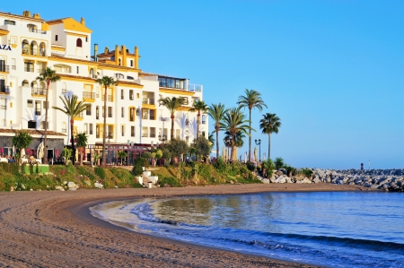 literas: Marbella, España - 13 de marzo de 2012: Puerto Banús en Marbella, España. Puerto Banús es visitado anualmente por casi 5 millones de personas y sus literas marina tiene para 915 barcos Editorial