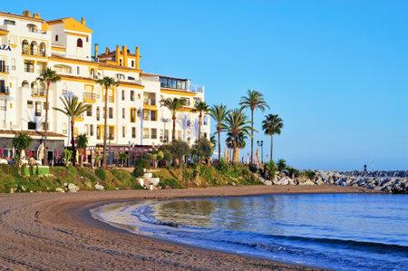 kojen: Marbella, Spanien - 13. M�rz 2012: Puerto Banus in Marbella, Spanien. Puerto Banus wird j�hrlich von fast 5 Millionen Menschen und seiner Marina verf�gt �ber 915 Liegepl�tze f�r Boote besucht