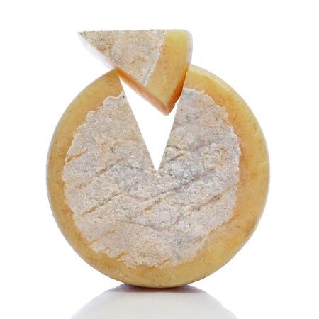queso de cabra: pedazo de queso sobre un fondo blanco