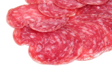 salami: un montón de salchichón, salami español, sobre un fondo blanco