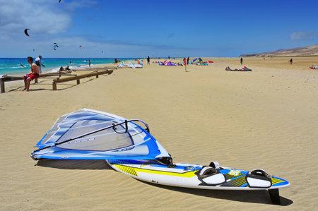 windsurf: Fuerteventura, España - 22 de junio de 2012: Kiteboarders en Sotavento Beach en Fuerteventura, Islas Canarias, España. El Windsurfing y Kiteboarding World Cup se celebra cada año en esta playa