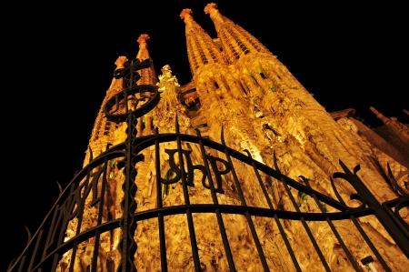 バルセロナ, スペイン - 2012 年 8 月 15 日: サグラダ ・ ファミリア夜にバルセロナ、スペイン。アントニ ・ ガウディが設計した印象的な大聖堂は 1882 年以来構築されているとはまだ終わっていません。