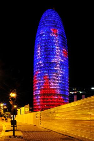 barcelone: Barcelone, Espagne - 15 Ao�t 2012: Torre Agbar �clair�e la nuit � Barcelone, en Espagne. Cette tour de 38 �tages a �t� con�u par le c�l�bre architecte Jean Nouvel
