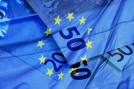 billets euro: fond bleu avec des factures en euros et le drapeau symbolisant l'union européenne zone euro