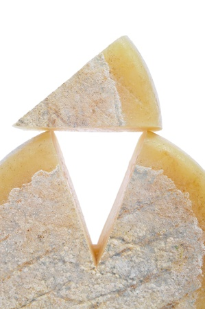 queso de cabra: trozo de queso en un fondo blanco