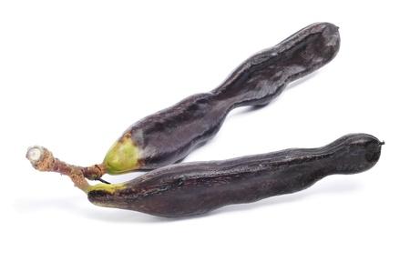 langosta: algunos algarrobos maduros sobre un fondo blanco