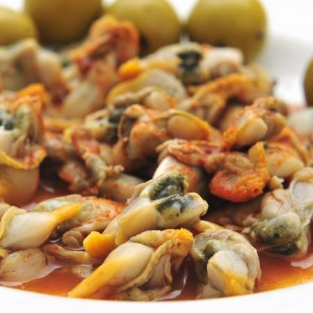 tapas espa�olas: un plato con berberechos, berberechos espa�oles, sirvi� como aperitivo con vinagre y piment�n
