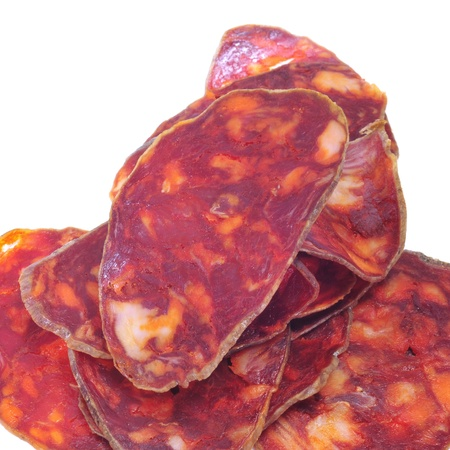 carnes: unas rodajas de chorizo ??español rojo sobre un fondo blanco Foto de archivo