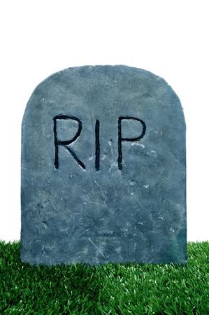 tumbas: Primer plano de una tumba en un cementerio con la hierba en un fondo blanco para Halloween Foto de archivo