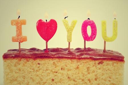 bougie coeur: g�teau d'anniversaire formant la phrase Je t'aime sur un g�teau Banque d'images