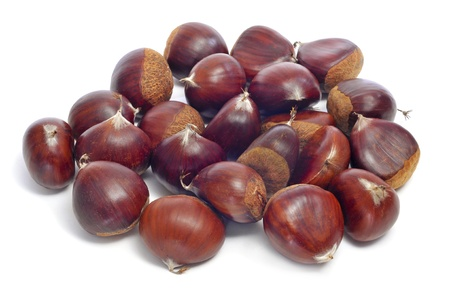 castaÑas: una pila de castañas en un fondo blanco