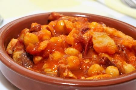 garbanzos: españoles callos, un guiso de mondongo con carne, garbanzos y chorizo ??típico de España Foto de archivo