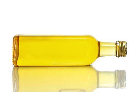 aceite de cocina: Primer plano de una botella de aceite de oliva en un fondo blanco Foto de archivo