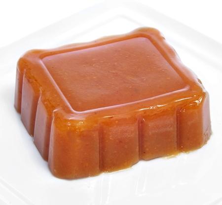 membrillo: un plato con un trozo de dulce de membrillo, dulce de membrillo, típico de España