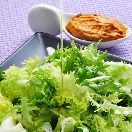 endivia: escarola escarola con salsa romesco, una ensalada típica de Cataluña, España