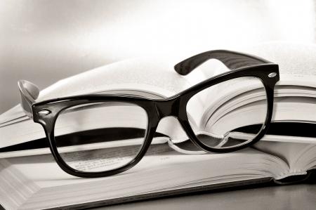 foda: una pila de libros y gafas simbolizan el concepto de hábito de la lectura o el estudio