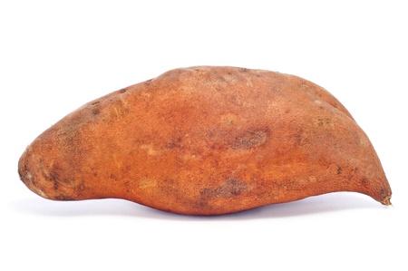camote: una papa cruda dulce en un fondo blanco
