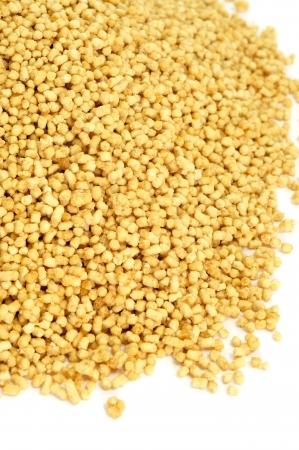 soya: una pila de gránulos de lecitina de soja sobre un fondo blanco