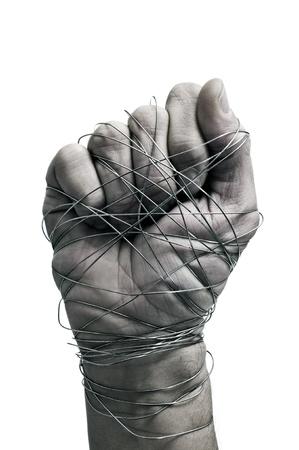 derechos humanos: la mano del hombre atado con alambre, como un símbolo de opresión o represión, sobre un fondo blanco Foto de archivo