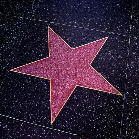 Los Angeles, EE.UU. - 16 de octubre de 2011: Un blanco estrella en Hollywood Walk of Fame en Los Angeles, CA. Existen más de 2.400 estrellas de cinco puntas que atraen a unos 10 millones de visitantes al año Editorial
