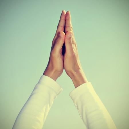 namaste: alguien meditando con las manos en mudra de oraci�n