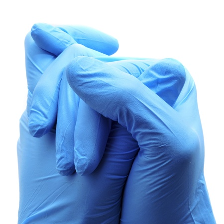 gant blanc: quelqu'un qui porte une paire de gants chirurgicaux bleus