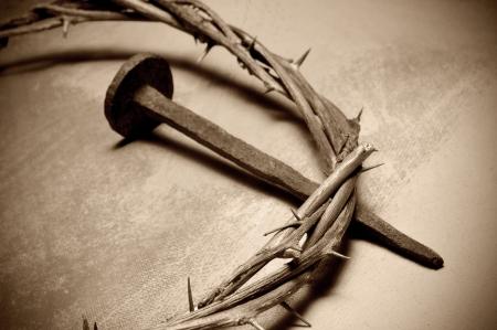 corona de espinas: Primer plano de una representación de la corona de espinas de Jesucristo y uñas