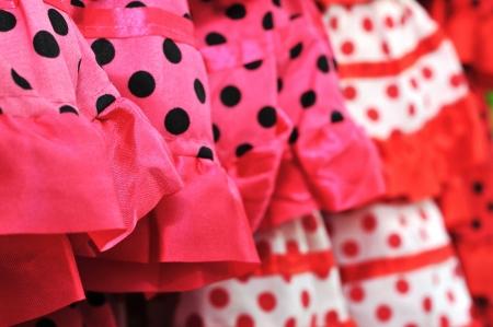 lunares rojos: primer plano de un montón de trajes de flamenca, típico de España