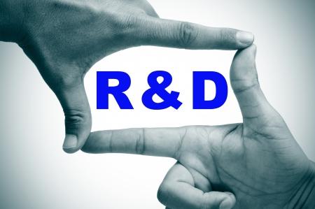 rd: uomo mani di una cornice con le dita e la parola RnD, ricerca e sviluppo, scritto all'interno