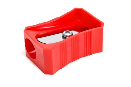 sacapuntas: primer plano de un sacapuntas de l?z rojo sobre un fondo blanco Foto de archivo