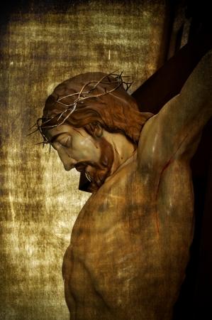corona de espinas: Jesucristo en la cruz santa en un fondo de la vendimia Foto de archivo