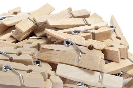 ropa colgada: un montón de pinzas de madera sobre un fondo blanco
