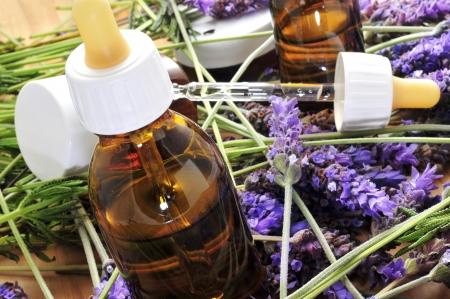 elixir: aromaterapia con aceite de lavanda y flores Foto de archivo